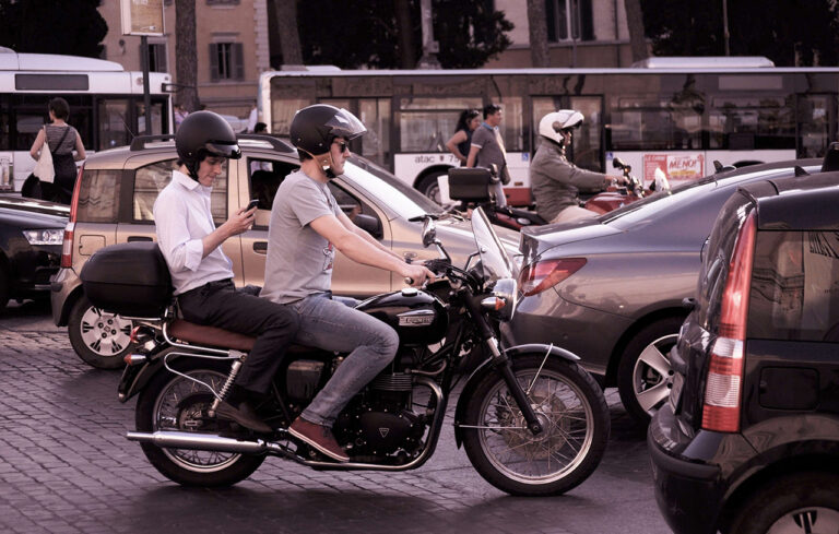 езда на мотоцикле в городе
