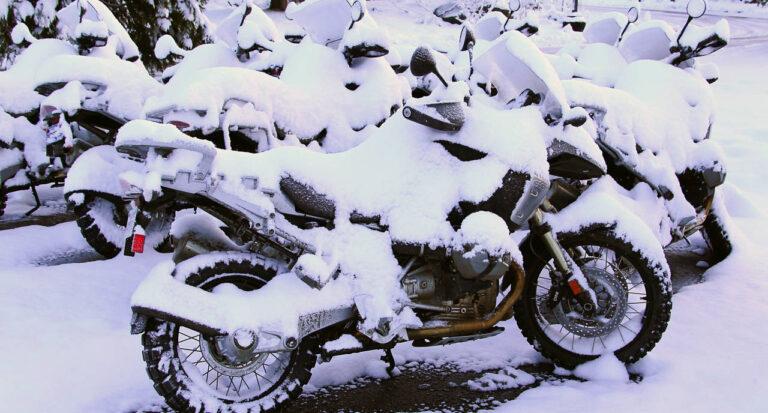 не оставлять мотоцикл под снегом